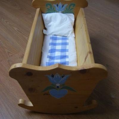 lit pour poupée en bois peint et literie